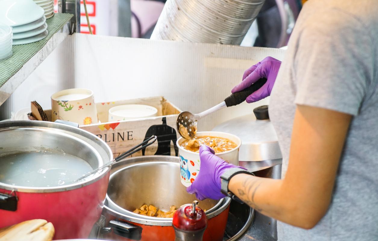 新莊美食 爆棚版大腸蚵仔麵線,新莊廟街必吃美食『38年大腸蚵仔麵線』 @梅格(Angelababy)享樂日記