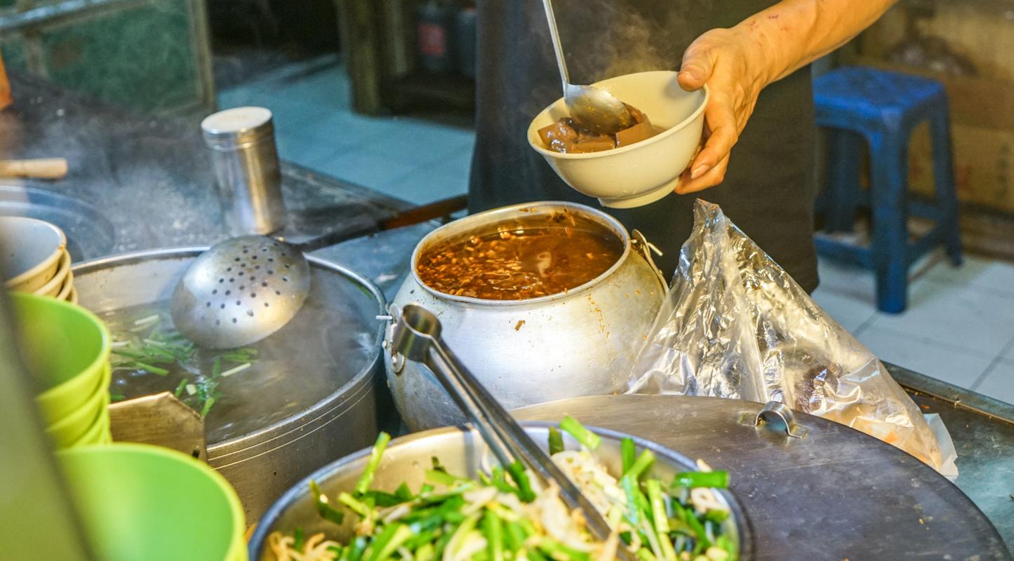 新莊美食 大腸豬血撈不完的最強豬血腸湯『新莊廟街豬血湯』、廟街必吃 @梅格(Angelababy)享樂日記