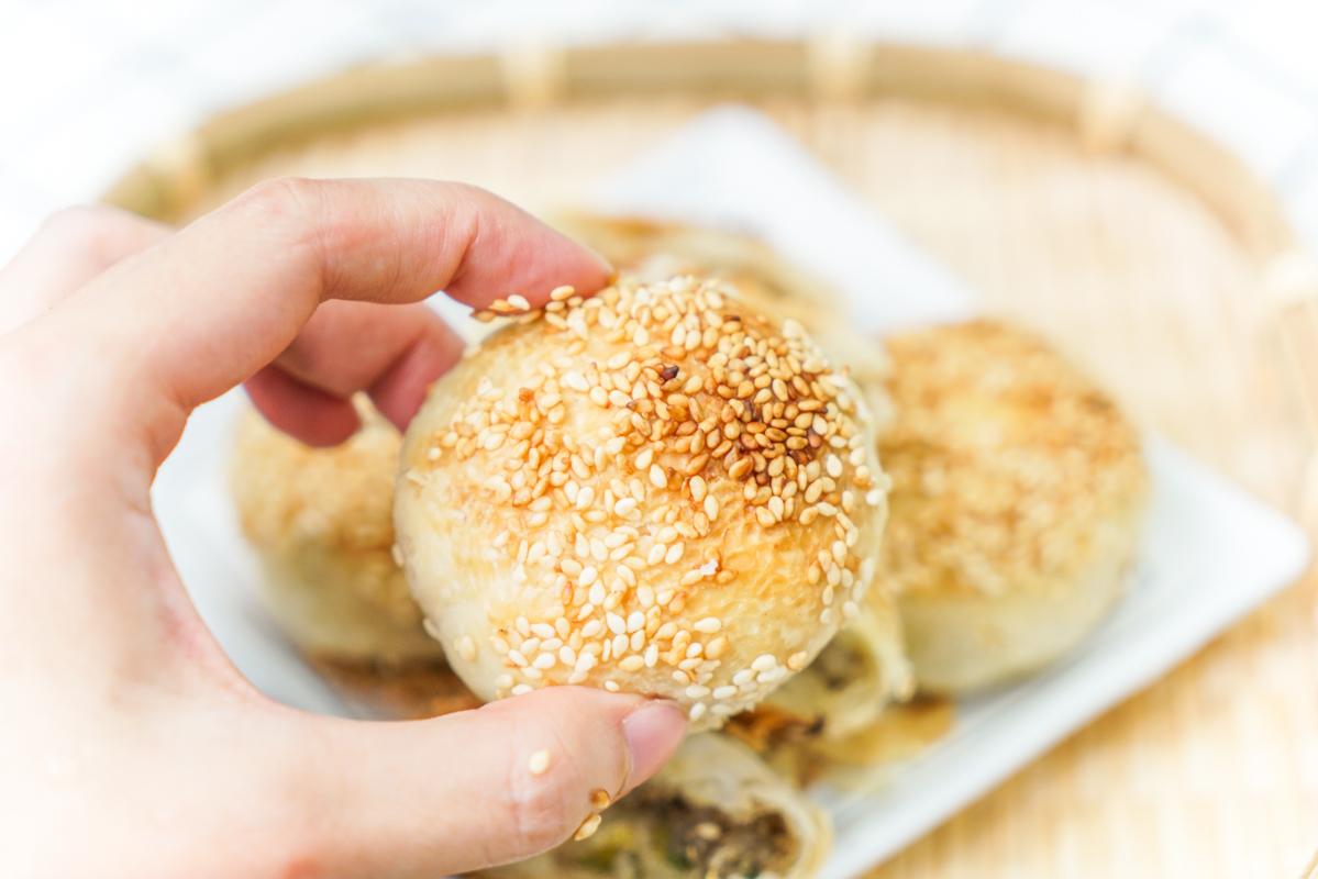 新莊美食 芝麻多到掉渣渣的秒殺千層蟹殼黃,一顆13塊買10還送1『蟹殼黃蔥酥餅』 @梅格(Angelababy)享樂日記