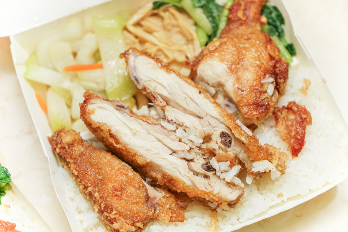 新莊便當|排隊人潮跨兩個店面的燒臘便當,最強的是雞腿飯喔『新鴨庄快餐』新莊化成路美食 @梅格(Angelababy)享樂日記