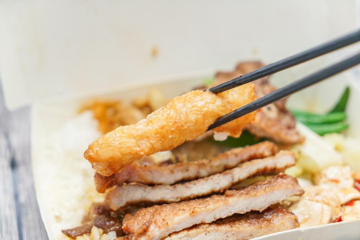 台北好吃排骨便當 台北人氣滷肉飯、蝦捲飯…更不容錯過是現炸的好吃排骨『金仙滷肉飯』南京三民站美食、外帶便當 @梅格(Angelababy)享樂日記