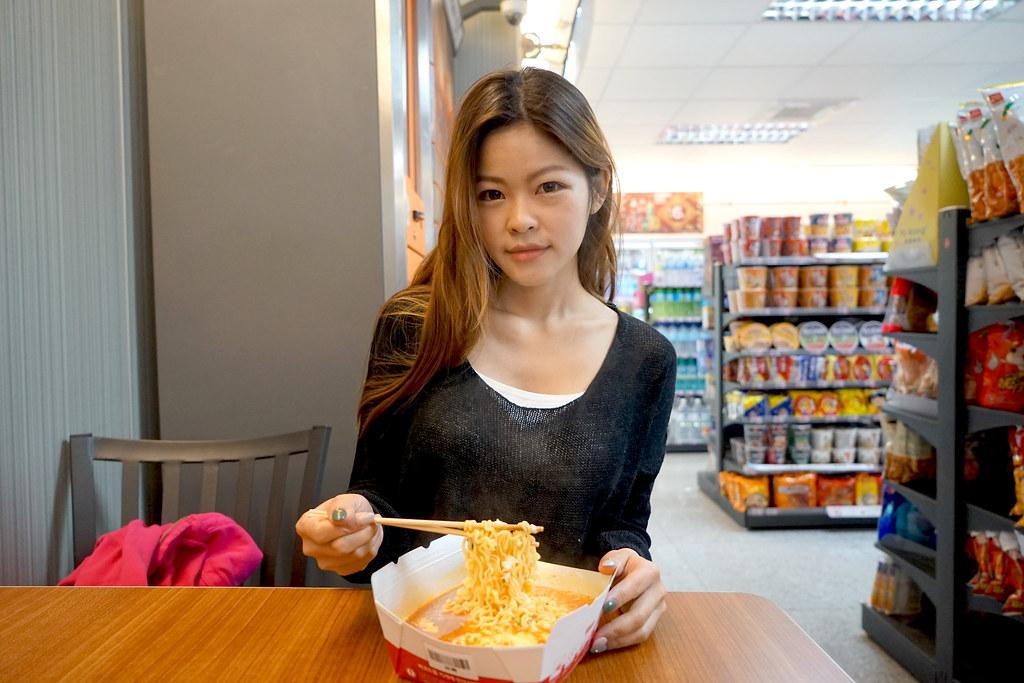 韓國漢江一帶流行起來的泡麵機在萊爾富品嚐的到 #超商-韓國煮麵機 #辛拉麵+蛋+起司 #札幌煎焙芝麻味增拉麵+起司+魚板+起司 @梅格(Angelababy)享樂日記