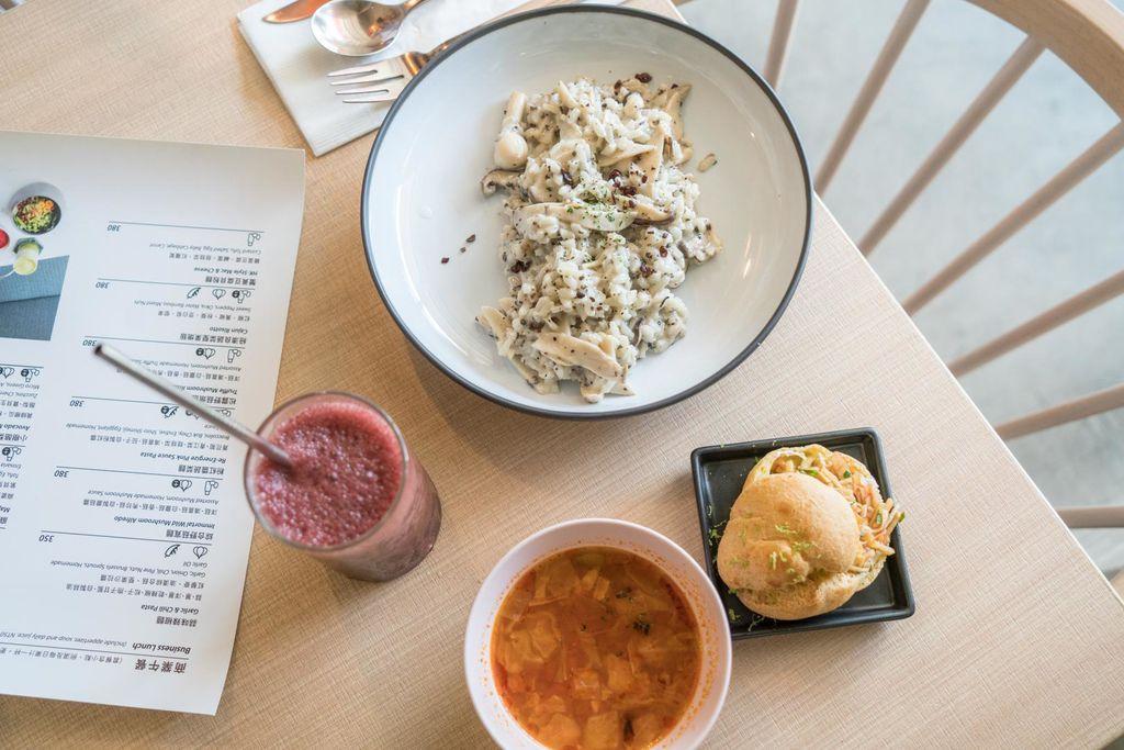 忠孝復興站最美蔬食餐廳 小小樹食 粉紅沙發椅、草綠色玻璃屋、姊妹滔聚會、蔬食餐廳推薦、內有菜單 @梅格(Angelababy)享樂日記
